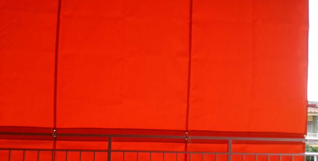 Balcón con toldo de cortina corredera roja
