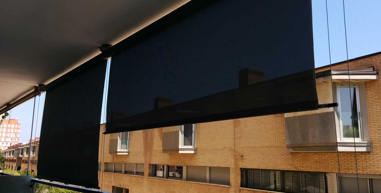 Toldo vertical guiado por cable en balcón